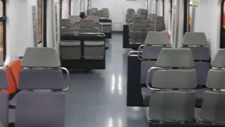 Un vagó de tren de Rodalies pràcticament buit