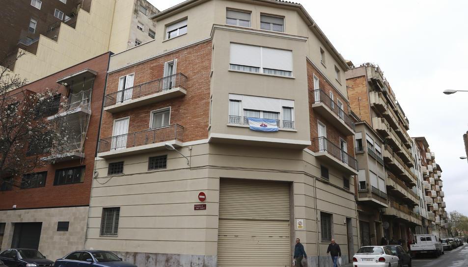Un dels domassos que pengen d'un habitatge a l'entorn del carrer Pròsper de Bofarull.