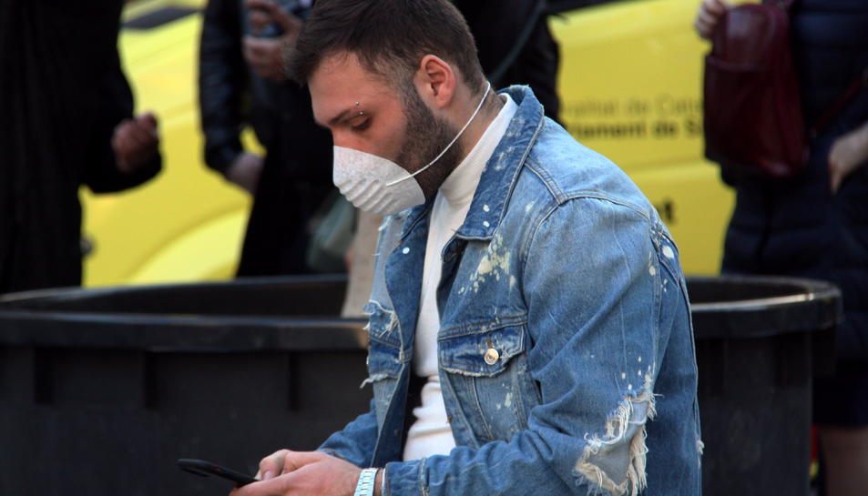 Un home amb mascareta als carrers de Barcelona