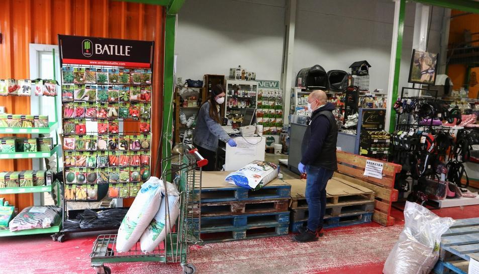 Al comerç Agronatura del carrer Pintor Fuster de Reus han habilitat un petit rebedor per evitar que la gent passegi per l'interior.