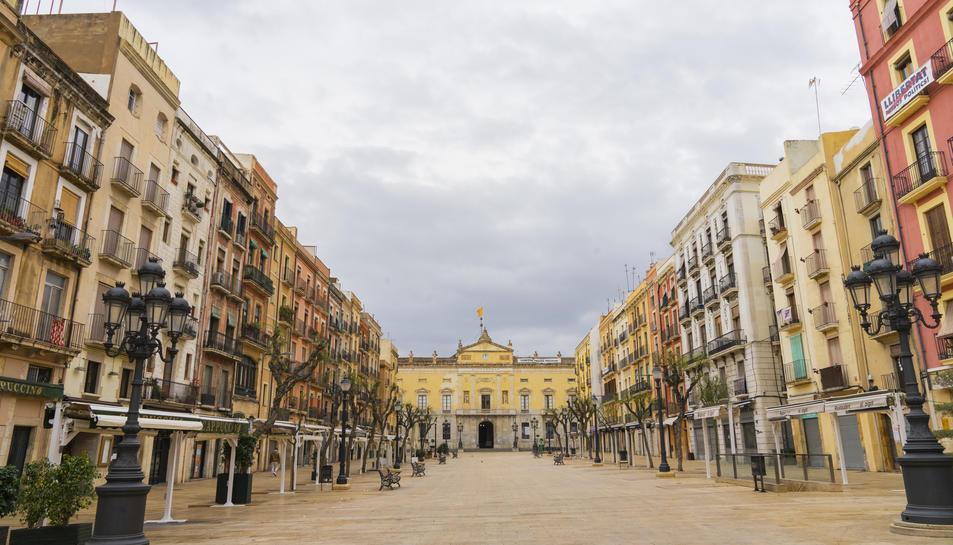 La plaça de la Font deserta, sense les terrasses dels bars i restaurants que van haver de tancar.