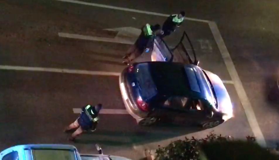 Agents de la Guàrdia Urbana de Tarragona aturen un cotxe