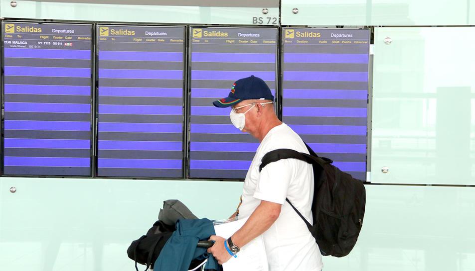 Imatge d'arxiu d'un passatger amb els cartels d'anuncia buits.