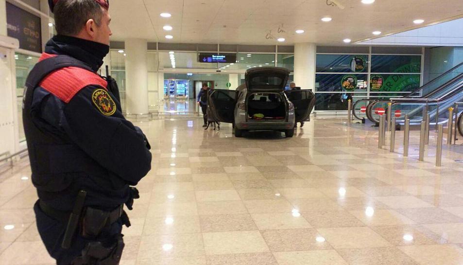 Imatge del vehicle que ha accedit a la zona intermodal de l'aeroport del Prat a través de les pores giratòries.