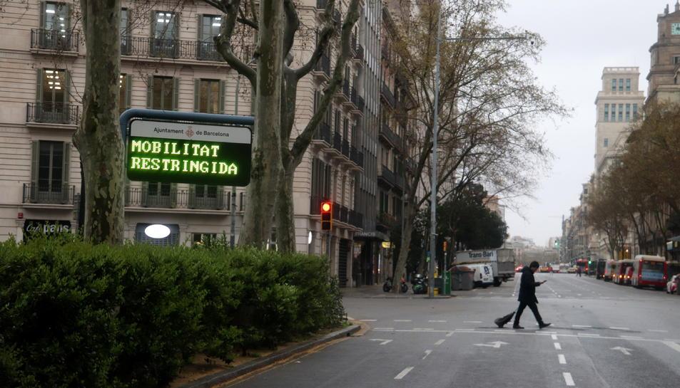 Cartell de mobilitat restringida a la plaça Urquinaona de Barcelona durant l'estat d'alarma pel coronavirus.