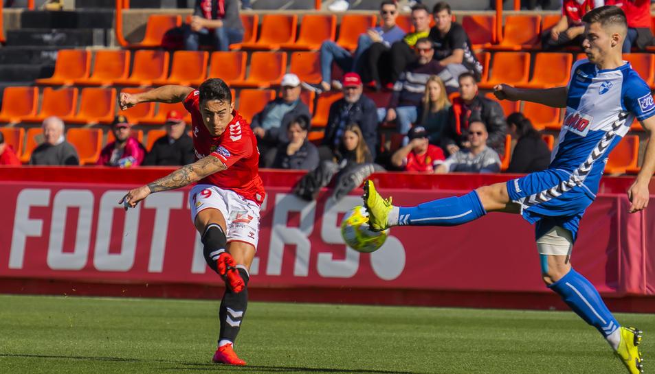 Pol Ballesteros dispara una pilota durant el Nàstic-Ebro disputat al Nou Estadi.