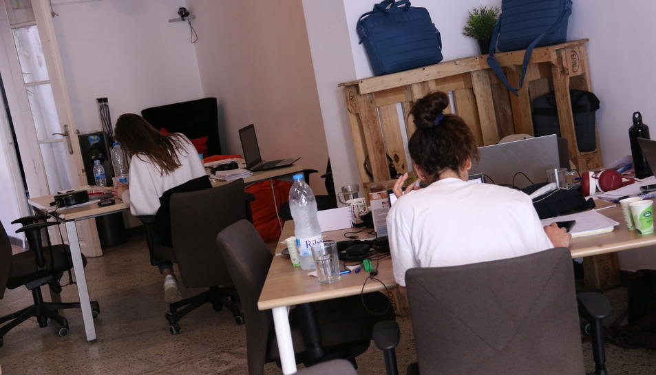 Dues treballadores en una oficina de 'coworking' al districte del 22@, al barri del Poblenou de Barcelona