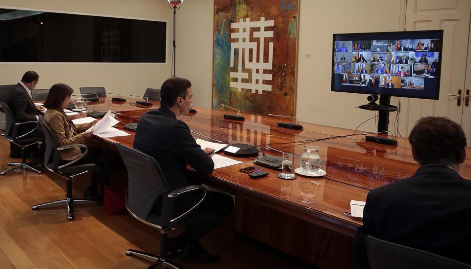 La reunió del president del govern espanyol, Pedro Sánchez. dels ministres Salvador Illa, Margarita Robles, José Luis Ábalos i Fernando Grande Marlaska en una videoconferència amb els presidents autonòmics