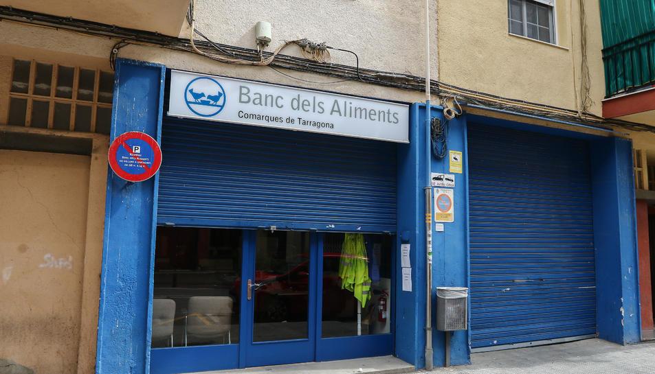El local del carrer Escultor Rocamora de Reus té la persiana a mitges i cartells amb el nou horari.