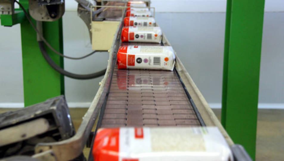 Paquets d'arròsde la zona d'empaquetatge de la cooperativa d'arrossaires del Delta.