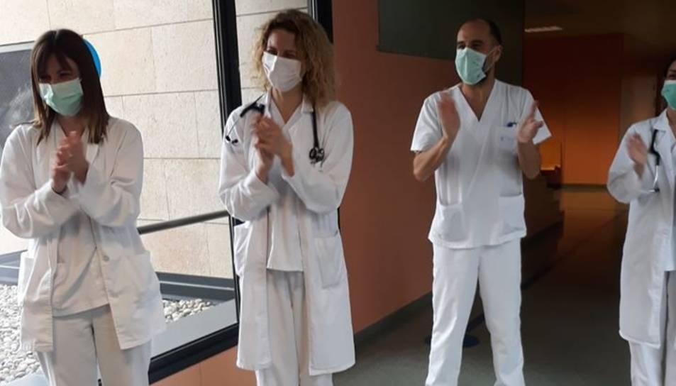 Imatge de quatre sanitaris aplaudint al Jaime mentre sortia del centre.
