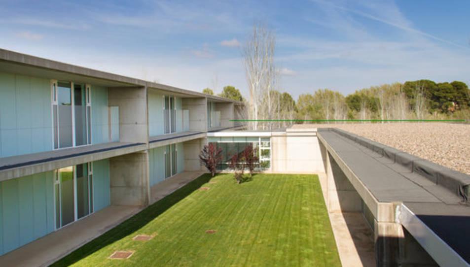 L'Institut Pere Mata de Reus, sense cap resident a l'exterior.