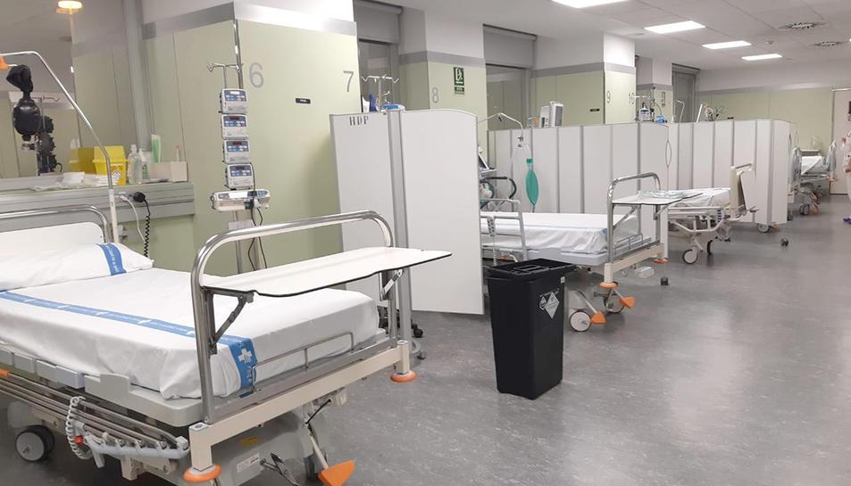 Imatge d'arxiu d'una sala d'un centre hospitalari amb llits buits.
