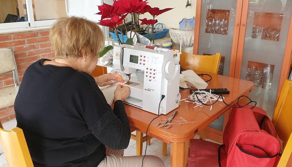 Imatge d'una de les costureres dels Pallaresos treballant.