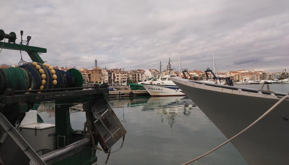 Dues barques de pesca amarrades al port de Cambrils.