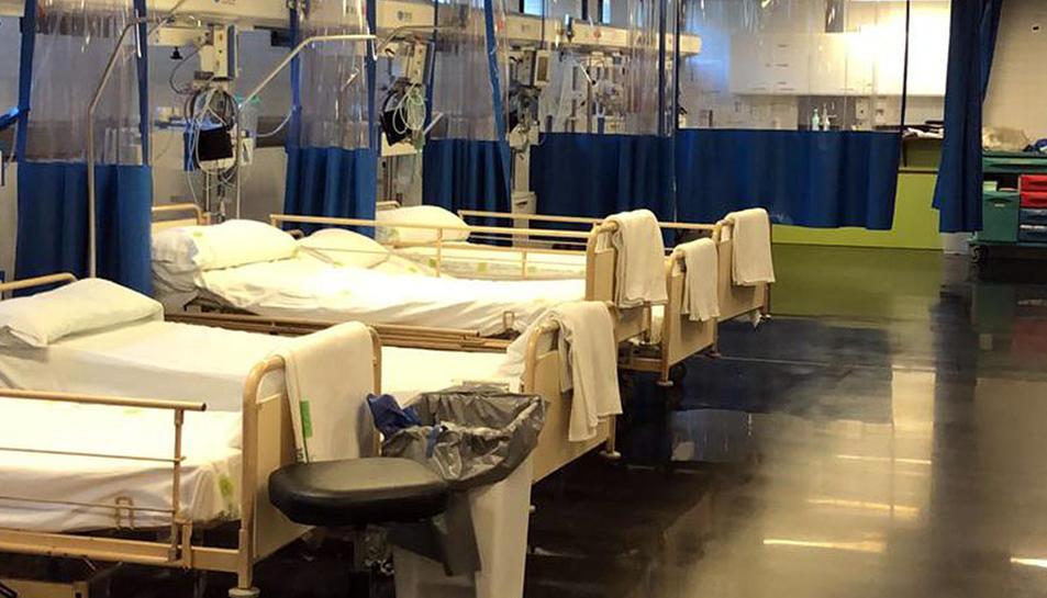 Llits de la zona per a pacients crítics amb coronavirus de l'hospital de Blanes