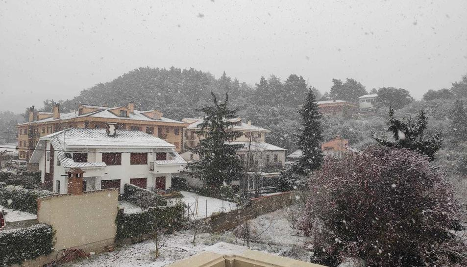 Imatge d'un carrer de Prades nevat.