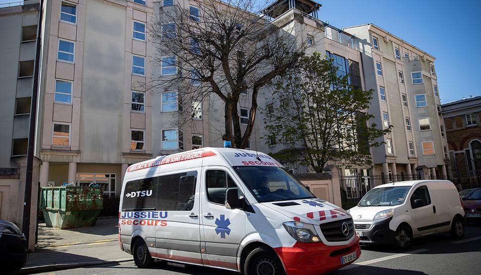 Una ambulància sortint d'una residència a París.