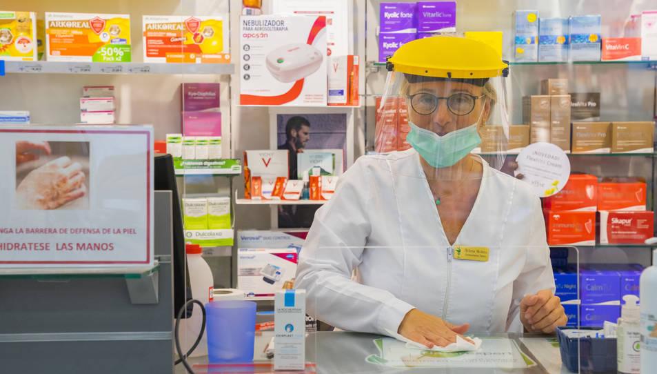 Farmàcies de diferents punts de la ciutat han optat per crear llistes d'espera davant la dificultat per disposar de màscares.