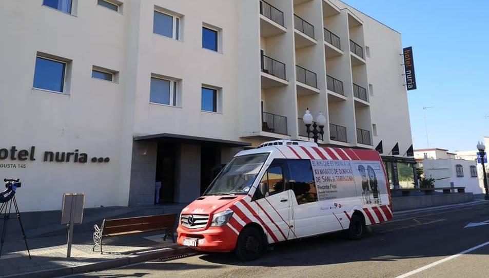 Un autobús adaptat de l'EMT davant de l'Hotel Núria.