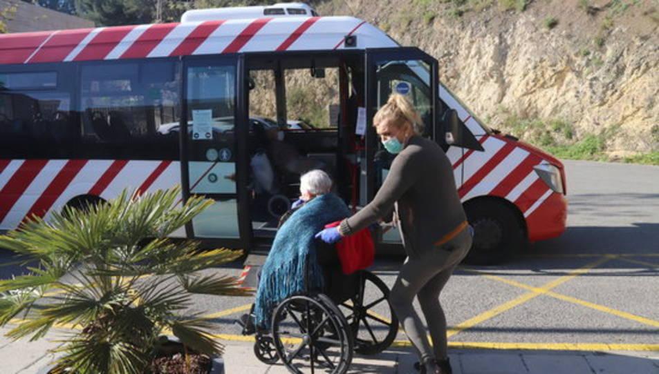 Un dels avis, entrant a l'autobús adaptat de l'EMT.