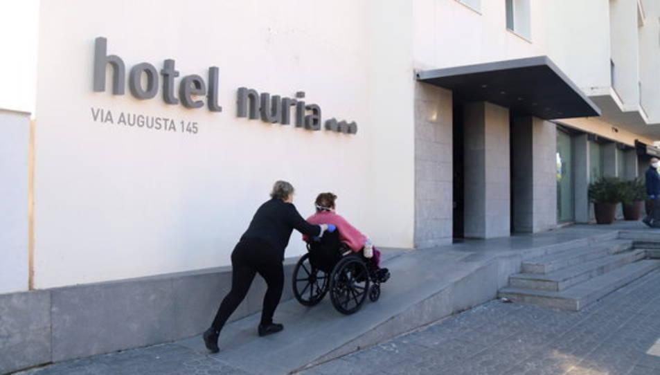 Un dels usuaris de la residència, entrant a l'hotel.