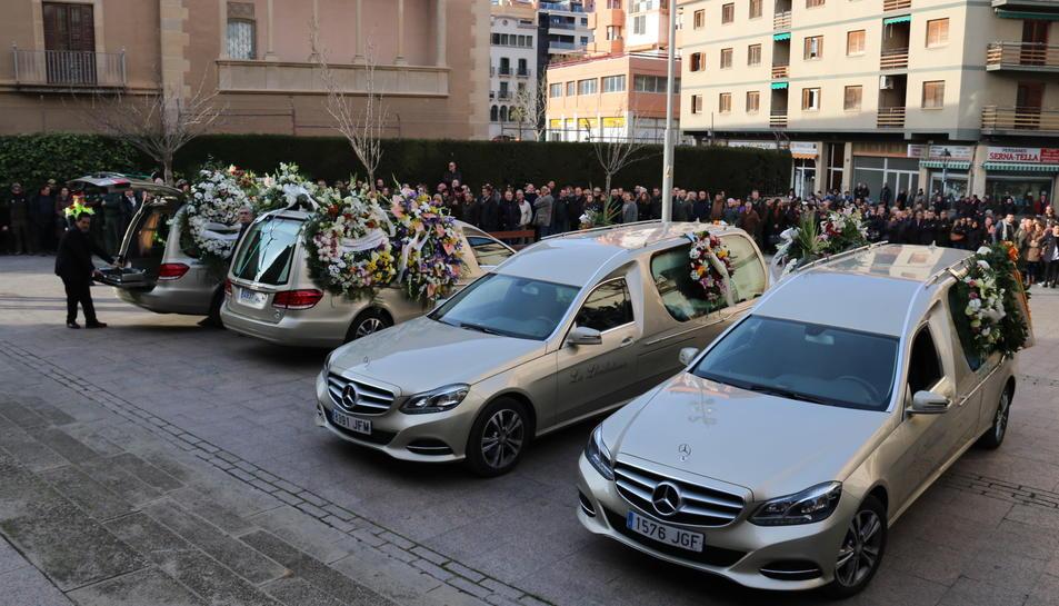 Imatge d'arxiu de dos cotxes funebres