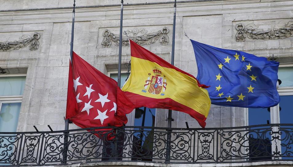Les bandera d'Espanya,de la Comunitat de Madrid i de la Unió Europea, situades a la Casa de Correus
