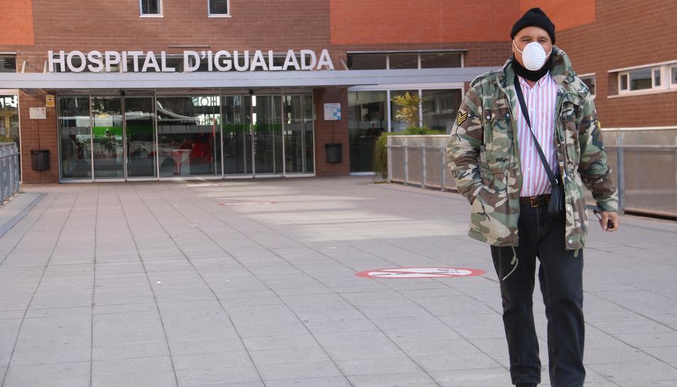 Un home surt de l'Hospital d'Igualada amb mascareta.