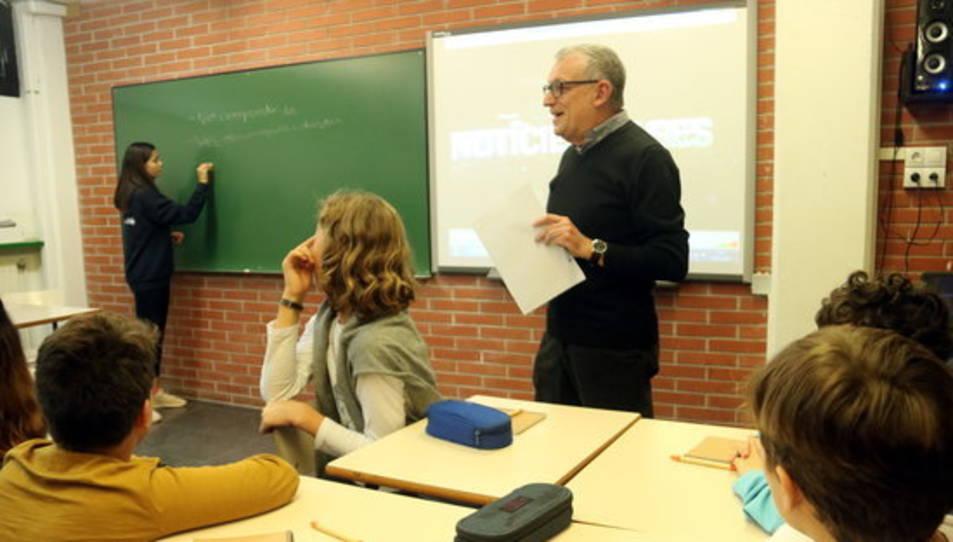 Imatge d'arxiu d'un professor impartint classe.