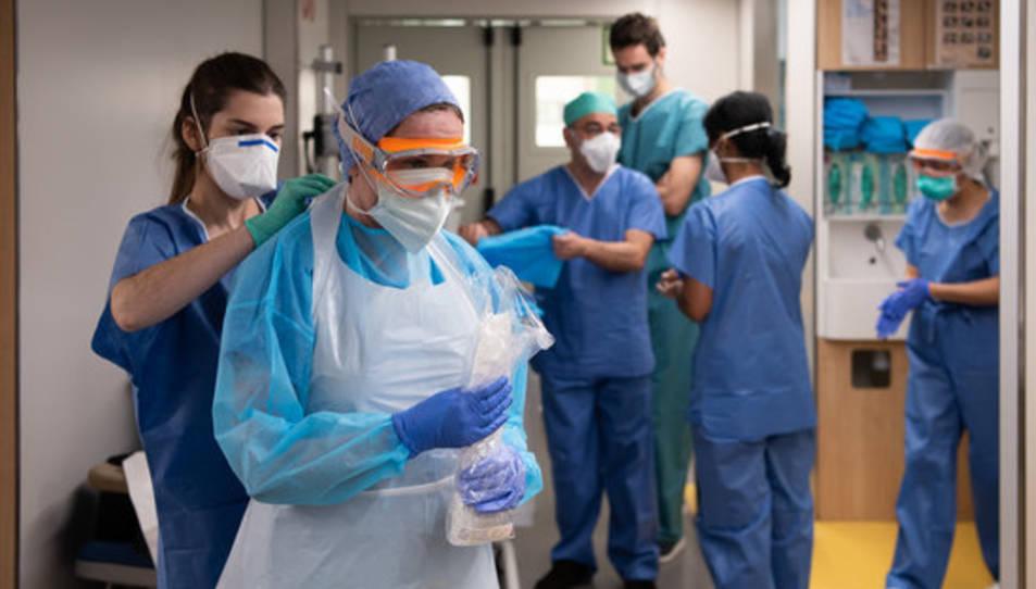 Professionals sanitaris es protegeixen abans d'estar en contacte amb un malalt de coronavirus