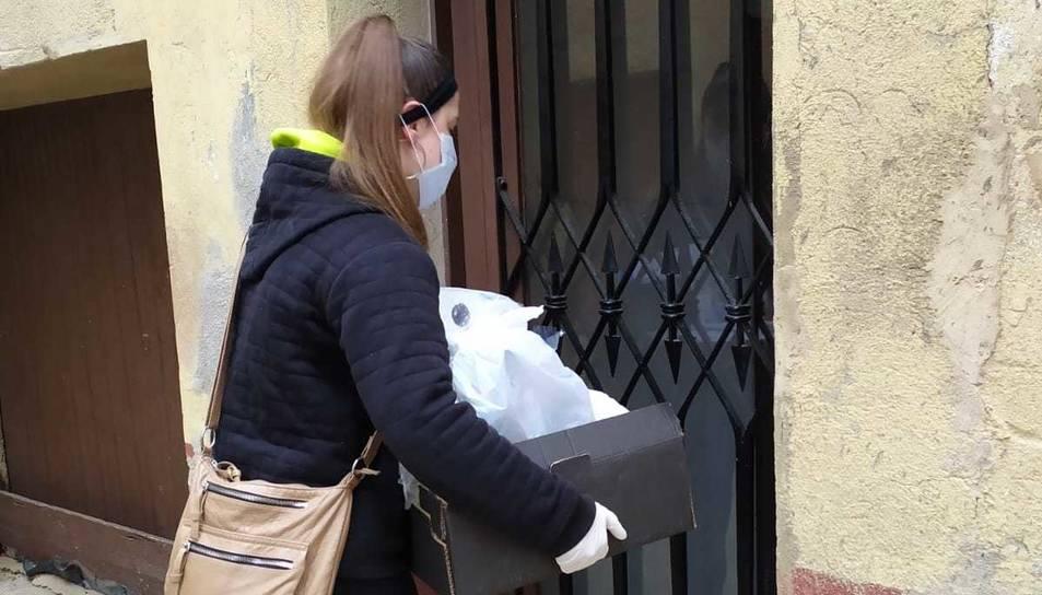 Una jove de l'Alforja repartia menjar, ahir.