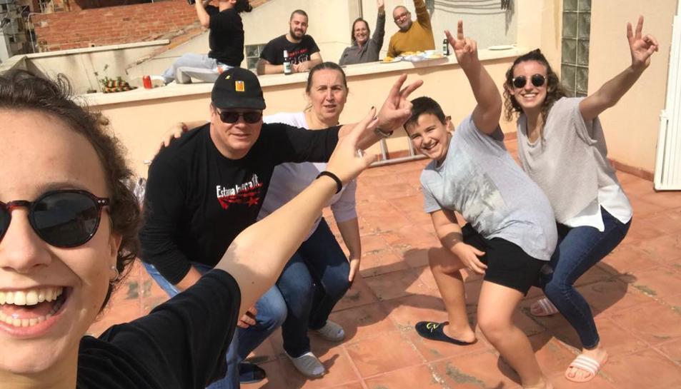 Joves de Maspujols participen en un vermut als balcons.