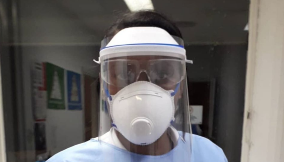 Una doctora del CAP de Flix, amb la careta impresa per Arbonés.