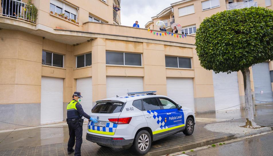 Moment en què la Policia Local de Constantí va arribar a casa de la Marina per felicitar-la.