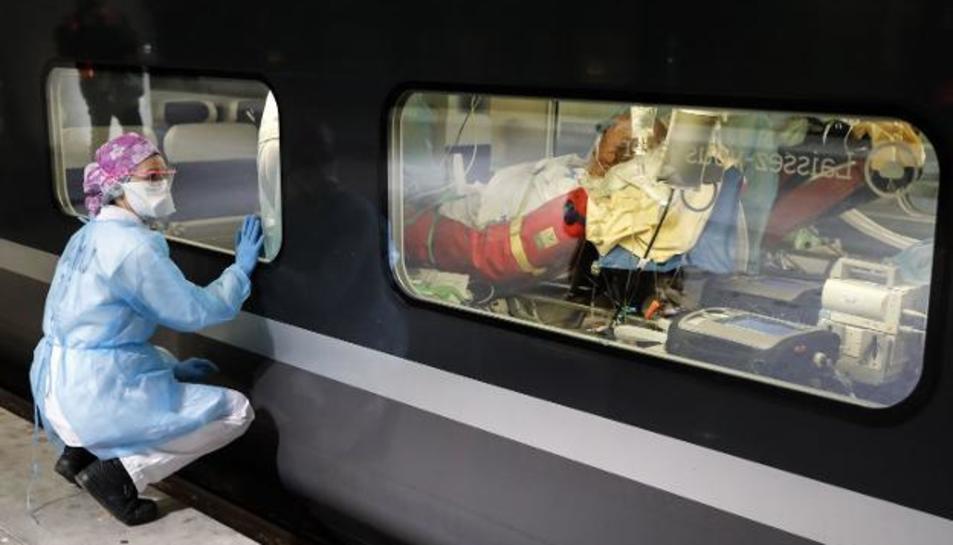 Imatge d'arxiu d'un transport mèdic en un tren.