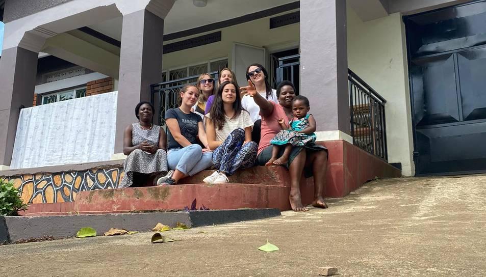 Les dues noies es troben fent voluntariat a Uganda.