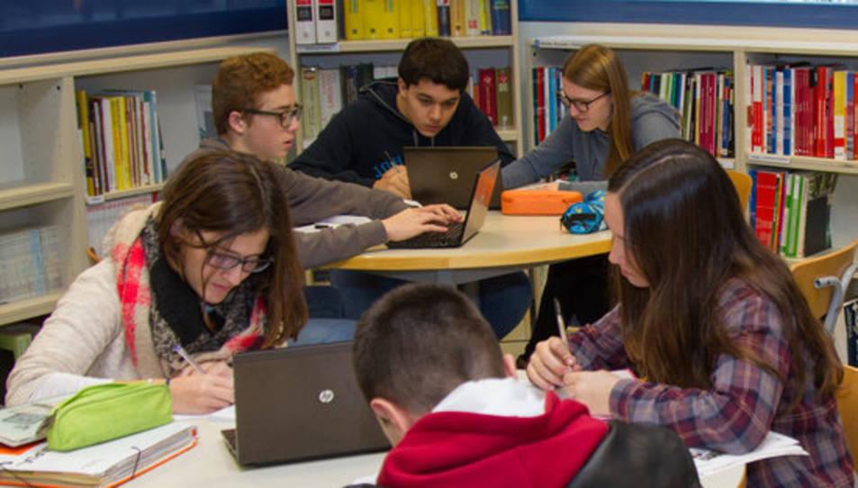 Imatge d'arxiu d'uns estudiants utilitzant ordinadors.
