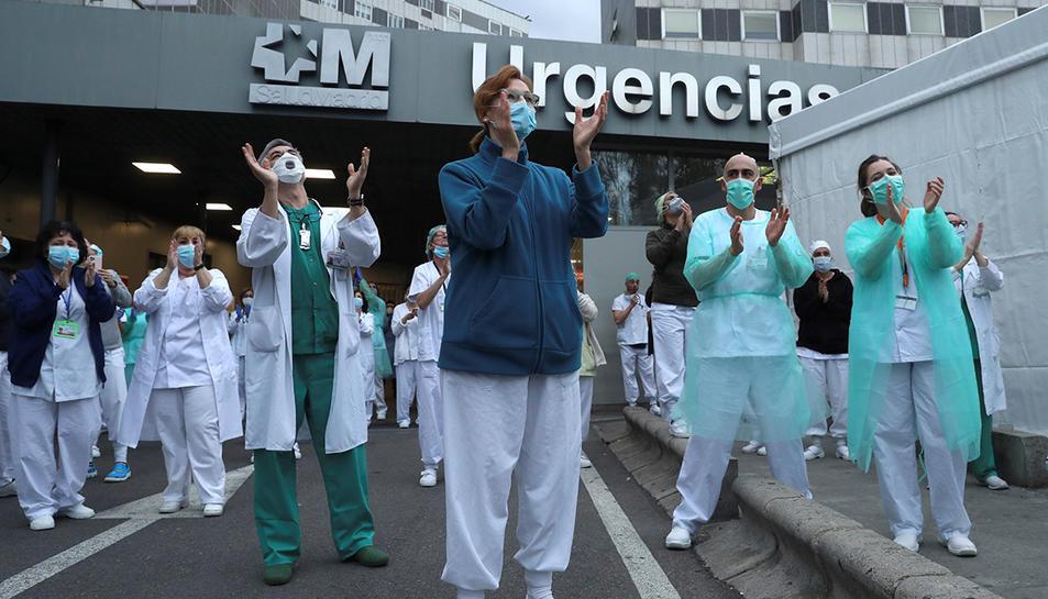 Personal sanitari de Madrid responent als aplaudiments dels veïns.