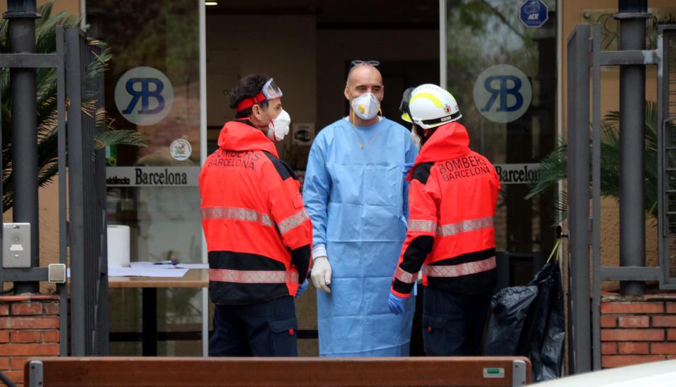 Els Bombers de Barcelona entren a desinfectar la residència Barcelona