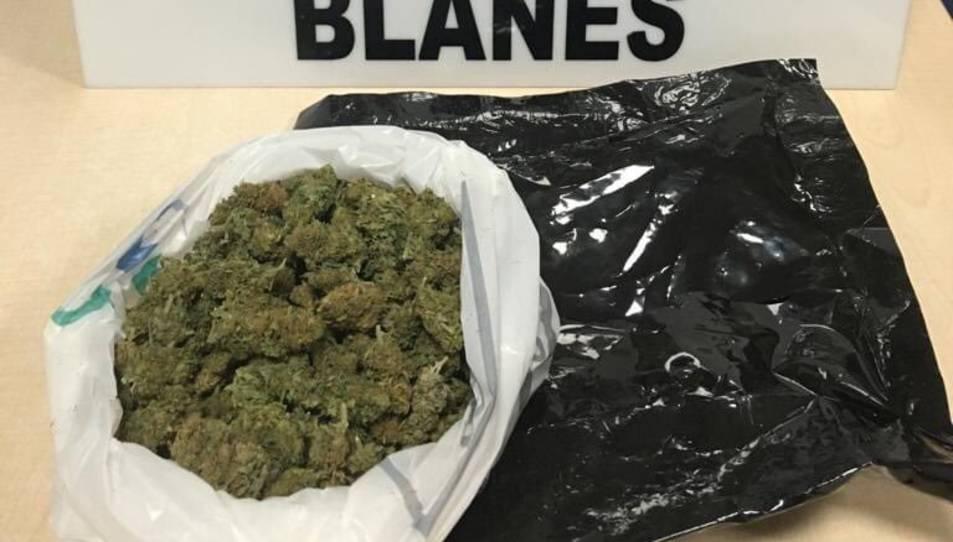 El noi duia més de 100 grams de cabdells de marihuana.