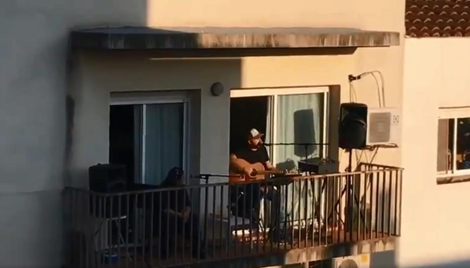 Toni Cruz interpretant l'himne del club des de casa seva