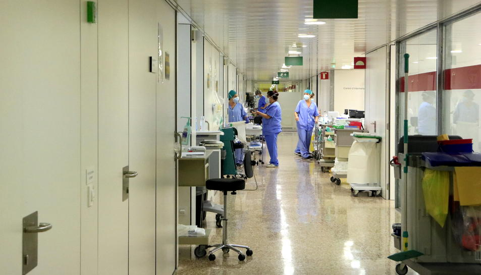 Professionals sanitaris en un dels passadissos d'Unitats de Cures Intensives (UCI) que atenen pacients amb covid-19 a l'Hospital de Bellvitge