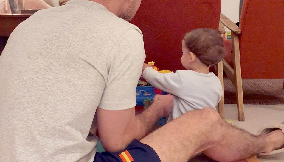Fotografia de José, jugant a casa amb el seu fill.