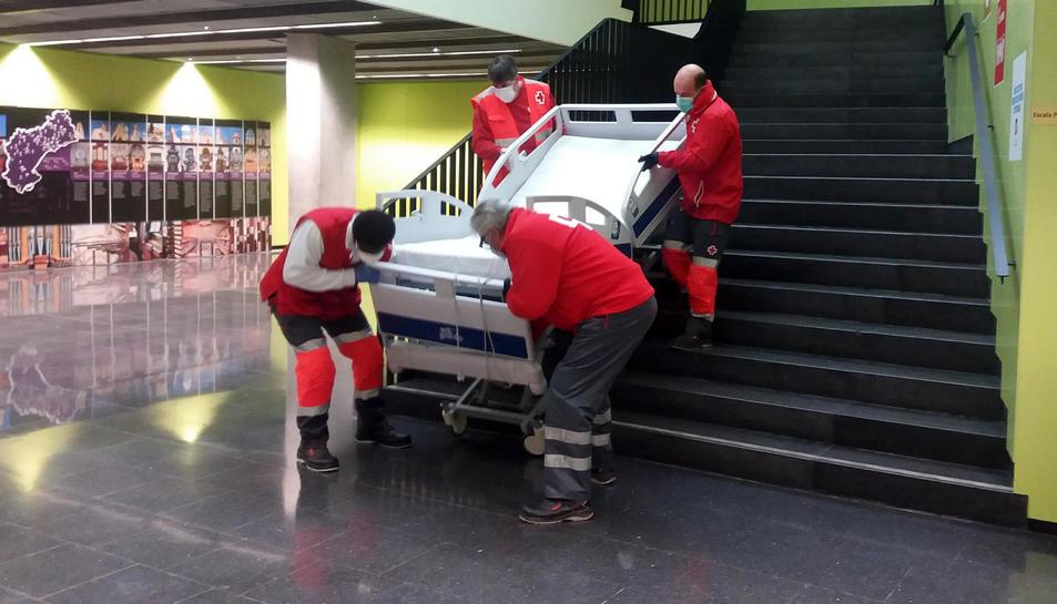 Efectius de Creu Roja baixant un llit de la Facultat d'Infermeria de la URV.
