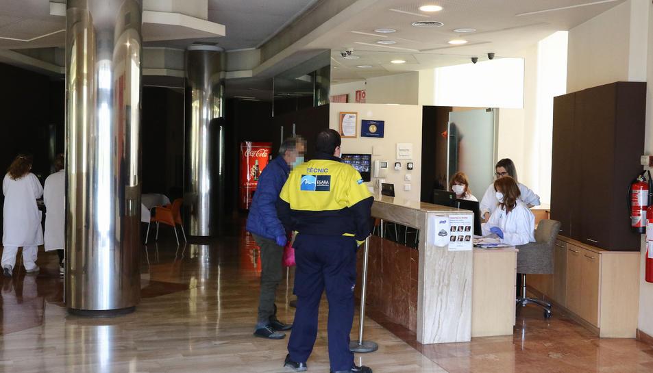 El primer usuari arribant a l'Hotel SB Express, que s'ha equipat amb sistemes d'higiene i on des de primera hora treballava personal.