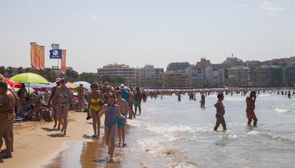 Imatge d'arxiu de la platja Jaume I de Salou plena de turistes al mes de juliol.