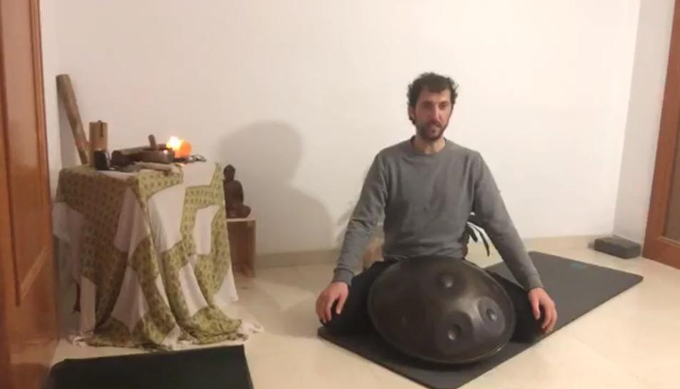 Adrià Cabestany, a casa seva, on mostra els seus coneixements a aquells que el segueixen.