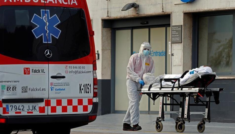 Un tècnic sanitari trasllada a un pacient a l'Hospital de Bellvitge.