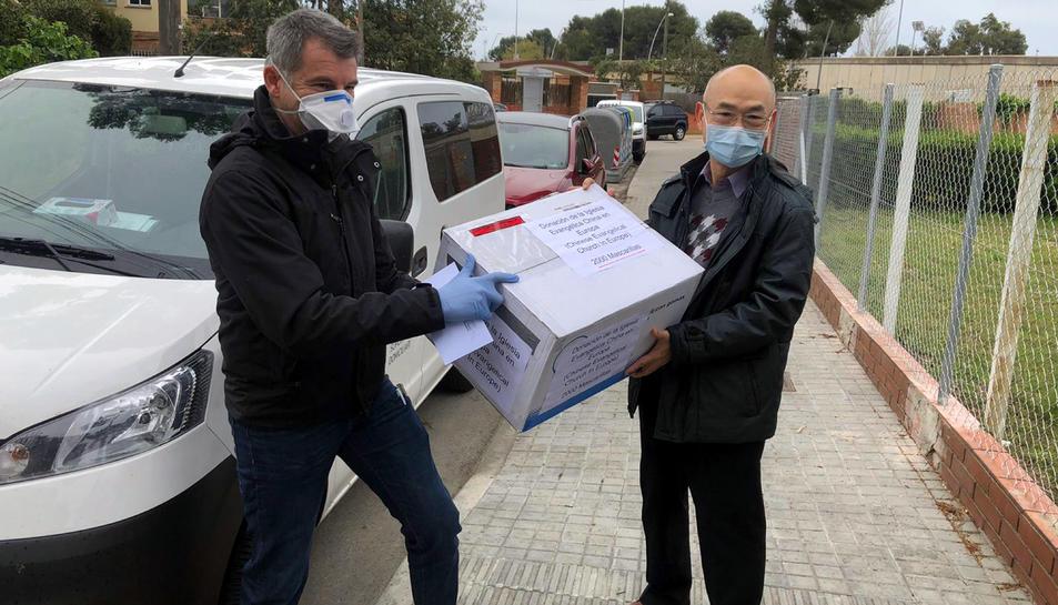 Pla general de la recollida d'una de les donacions que s'han fet als centres hospitalaris de Tortosa per part d'entitats i privats.
